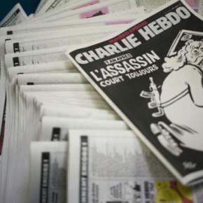 "Rok po ataku na ""Charlie Hebdo"", tygodnik obwinia Boga za zbrodnie"