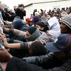 Francja: Starcia imigrantów z policją w Calais