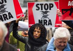 Uzbrojony personel w szkołach czy zakaz posiadania broni? Debata w USA