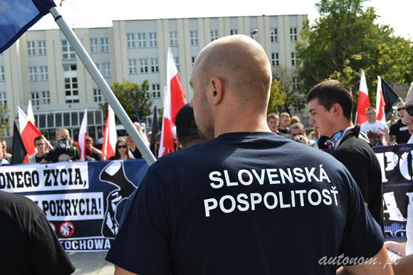 """2014 r., Częstochowa: słowaccy nacjonaliści na demonstracji """"Chcemy godnego życia, nie obietnic bez pokrycia"""""""