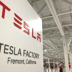 """Tesla oskarżona o bycie """"siedliskiem rasizmu"""""""