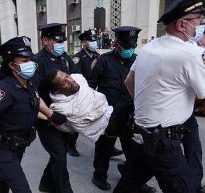 Policja zabija dwa razy więcej białych niż czarnych