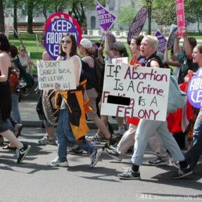 Biden znosi zakaz kierowania kobiet na aborcję