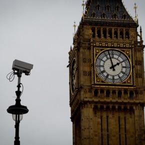 Premier Wielkiej Brytanii chce wykorzystać zamachy we Francji do wzmożonej kontroli obywateli
