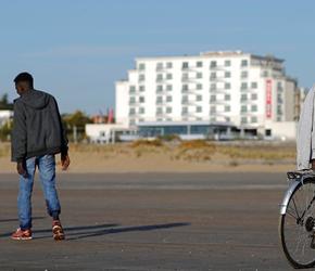 """""""Nie karmić imigrantów"""". Nowe wytyczne władz Calais"""