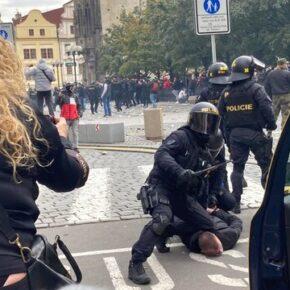 W Pradze protestowano przeciwko koronawirusowym ograniczeniom