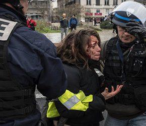 """Policja nadmiernie brutalna wobec """"żółtych kamizelek"""""""