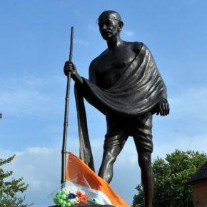 Petycja o usunięcie pomnika Mahatmy Gandhiego