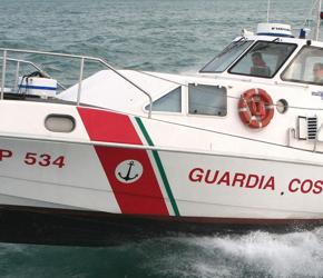 Włoska straż przybrzeżna nie radzi sobie z falą imigrantów