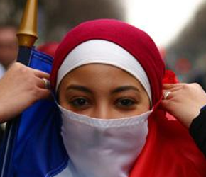 Francja zamyka obiekty związane z politycznym islamem
