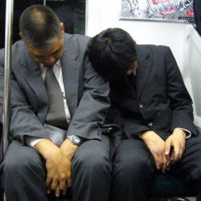 Japonia traci na niewyspanych pracownikach