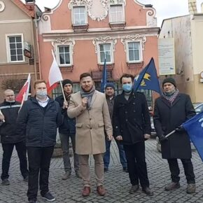 """""""Nie walczymy o Polskę"""". Korwiniści chowają narodowe flagi"""