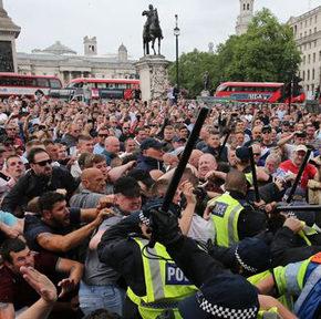 Angielscy kibice bronią Londynu przed szabrownikami. Policja broni... pomnika Mandeli (+WIDEO)