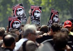 """Francja: Sprawa """"zabójstwa anarchisty"""" kompromitacją władz"""