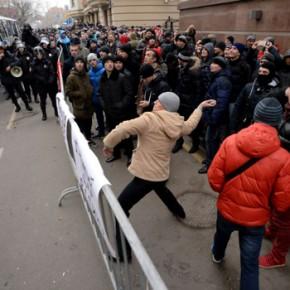 Rosyjscy demonstranci zaatakowali ambasadę Turcji