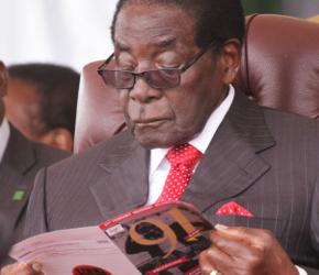 Urodzinowe życzenie Mugabe: jeszcze mniej białych