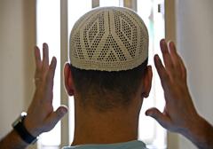 W brytyjskich więzieniach muzułmanie zmuszają osadzonych do przechodzenia na islam
