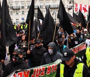 Warszawa: Pierwszomajowy pochód nacjonalistów (wideo)