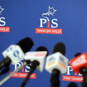 """PiS chce """"ucywilizować"""" portale i media społecznościowe"""
