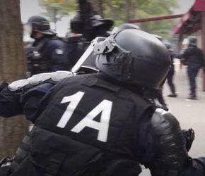 """Policjant rzucał brukiem w """"Żółte kamizelki"""""""