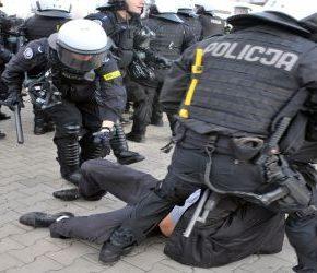 """Szef MSWiA chce większych kar za """"hejt"""" wobec policji"""