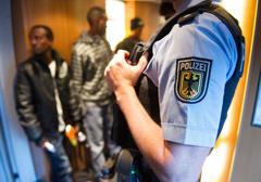 Niemcy: Federalna policja Bawarii nie radzi sobie z napływem uchodźców