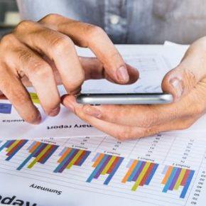 Mniej firm zamierza zwalniać i obcinać pensje