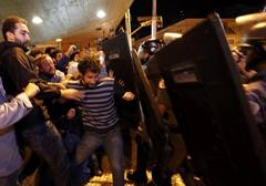 Kilka dni przed mundialem w Brazylii: brutalna reakcja policji wobec strajkujących pracowników