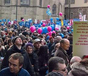 """Niemcy: """"Antyfaszyści"""" atakowali protestujących rodziców"""