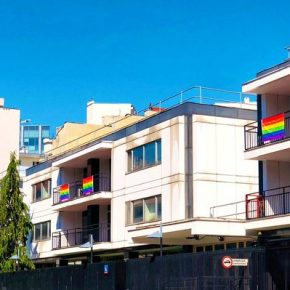 Anglosaskie ambasady z flagami LGBT