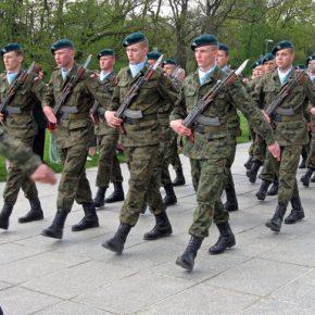 Podwyżka zarobków ma stworzyć dwustutysięczną armię