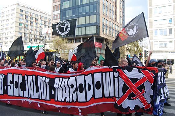 """Baner """"Wolni, socjalni, narodowi"""" na manifestacji 1 Maja w Warszawie"""