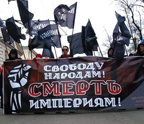 """Rosja: """"Wolność narodom! Śmierć imperiom!"""" - narodowi rewolucjoniści na marszu w Moskwie"""